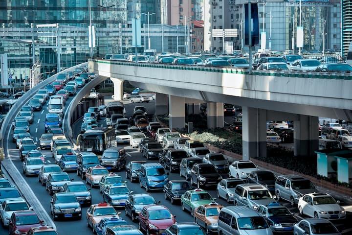 trânsito intenso em uma cidade, na parte da manhã