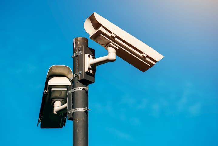 duas câmeras de vigilância.