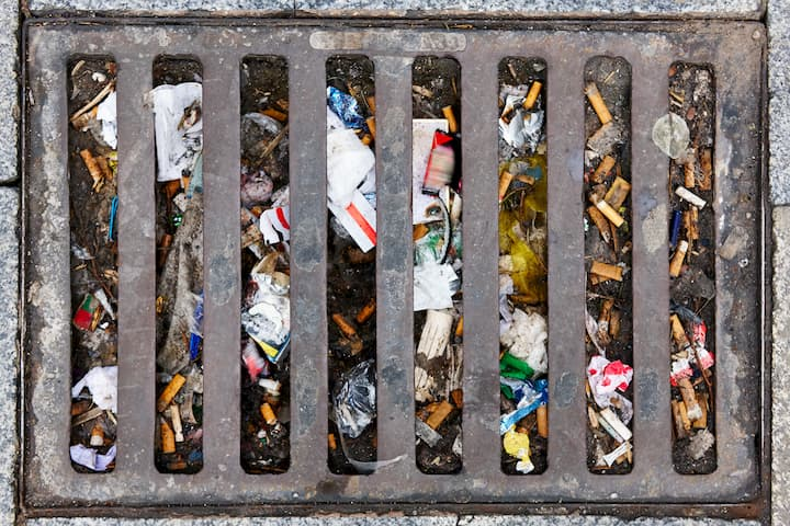 Esgoto lotado de lixo